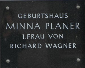 MVRW-Plaque-commemorative-Minna-300x241
